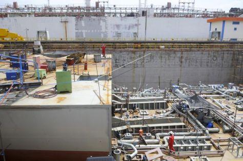 Pekerja menggarap pembangunan kapal landing platform deck (LPD) di Dok Semarang PT PAL, Surabaya, Jawa Timur, Kamis (2501). (Zabur Karuru) 1