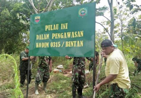 Pemasangan plang dan bendera di Pulau Ajab dan unsur pimpinan Kodim 0315 Bintan bersama Korem 033 Wira Pratama. (Batam News)
