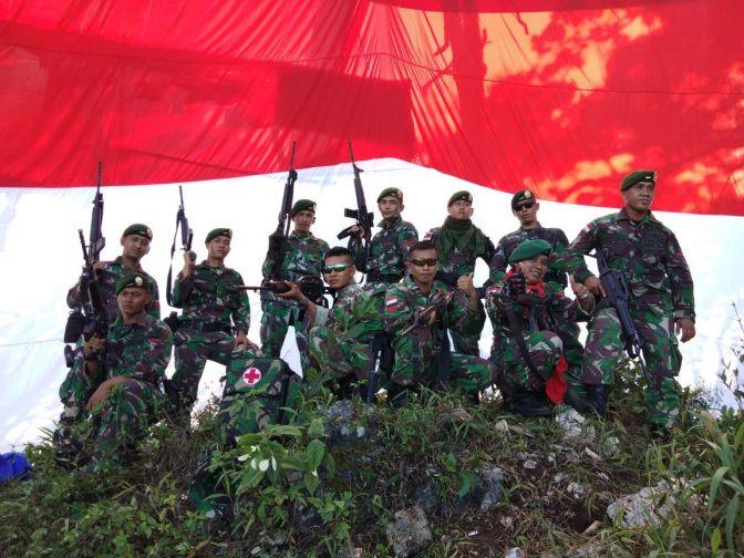 Satgas 432 Kostrad Pasang Bendera Merah Putih di Puncak Pawa