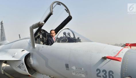 Presiden Jokowi saat mencoba naik pesawat tempur sebelum bertolak dari Pangkalan Udara Nur Khan, Islamabad, Pakistan, Sabtu (2701). (Biro Pers Setpres) 1