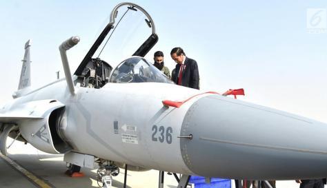 Presiden Jokowi saat mencoba naik pesawat tempur sebelum bertolak dari Pangkalan Udara Nur Khan, Islamabad, Pakistan, Sabtu (2701). (Biro Pers Setpres) 3