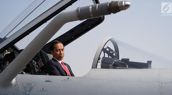 Presiden Joko Widodo Naiki Kokpit JF-17 (Photo)