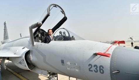 Presiden Jokowi saat mencoba naik pesawat tempur sebelum bertolak dari Pangkalan Udara Nur Khan, Islamabad, Pakistan, Sabtu (2701). (Biro Pers Setpres)