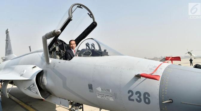 Presiden Joko Widodo Naiki Kokpit JF-17 di Islamabad