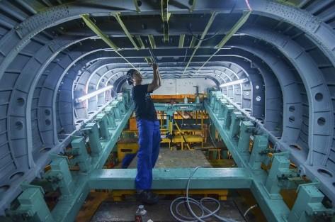 Teknisi memasang part di dalam rear fuselage CN235-220 pesanan Kementerian Pertahanan untuk TNI AL di hanggar sub assembly CN235 PT Dirgantara Indonesia PTDI , Bandung, Jawa Barat, Selas