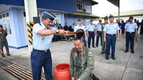 Lettu Pnb Ahmad Finandika, salah satu penerbang muda pesawat tempur Sukhoi 30 MK2 disiram oleh Danlanud Hasanuddin, Marsma TNI Bowo Budiarto. (Handover)