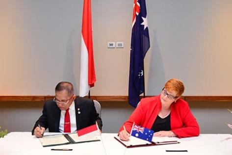 Menhan RI Ryamizard Ryacudu dan Menhan Australia Marise Payne menandatangani perpanjangan perjanjian kerja sama Indonesia – Australia (Defence Cooperation Arrangement DCA), di Perth Au
