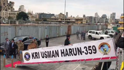 Menteri Luar Negeri Retno Marsudi berkunjung ke Lebanon. Mengawali kunjungannya, Retno menyapa pasukan perdamaian RI di KRI Usman Harun. (Ist).png