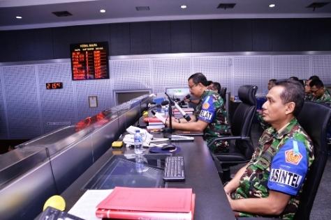 Pangkohanudnas Marsda TNI Imran Baidirus (tengah) didampingi staf Makohanudnas. (Penerangan Kohanudnas)