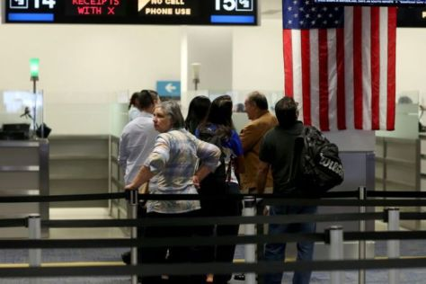 Para penumpang pesawat yang memasuki AS mengantre di tempat pemeriksaan Bea Cukai dan Perlindungan Perbatasan (CBP) setibanya di bandara international Miami, Florida. (AFP)