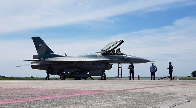 F-16 Akhirnya Mendarat di Balikpapan