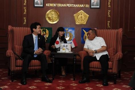 Menteri Pertahanan Republik Indonesia Ryamizard Ryacudu Menerima Penasehat untuk Perdana Menteri Jepang HE. Mr. Kentano Sanoura, Selasa (2003) di Kantor Kementerian Pertahanan. (Kemhan)