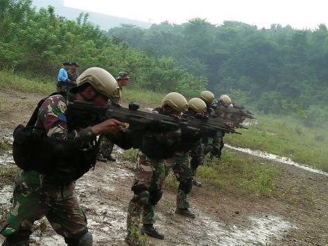 Pasukan Katak Latihan Tempur di Kawasan Hutan Jatiluhur