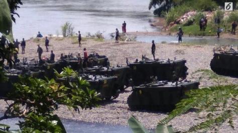Tank milik Yonif 412 BES berada di tepi Sungai Bogowonto. (dok. BNPB Edhie Prayitno Ige)