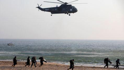 Tentara Angkatan Laut Pakistan melakukan latihan kontraterorisme di Karachi, 5 Maret 2013. Pakistan makin bergantung pada pasokan senjata dari Cina dalam beberapa tahun terakhir.