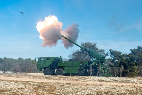 The 155mm self-propelled artillery system CAESAR® 8x8 during the demonstration (Nexter)